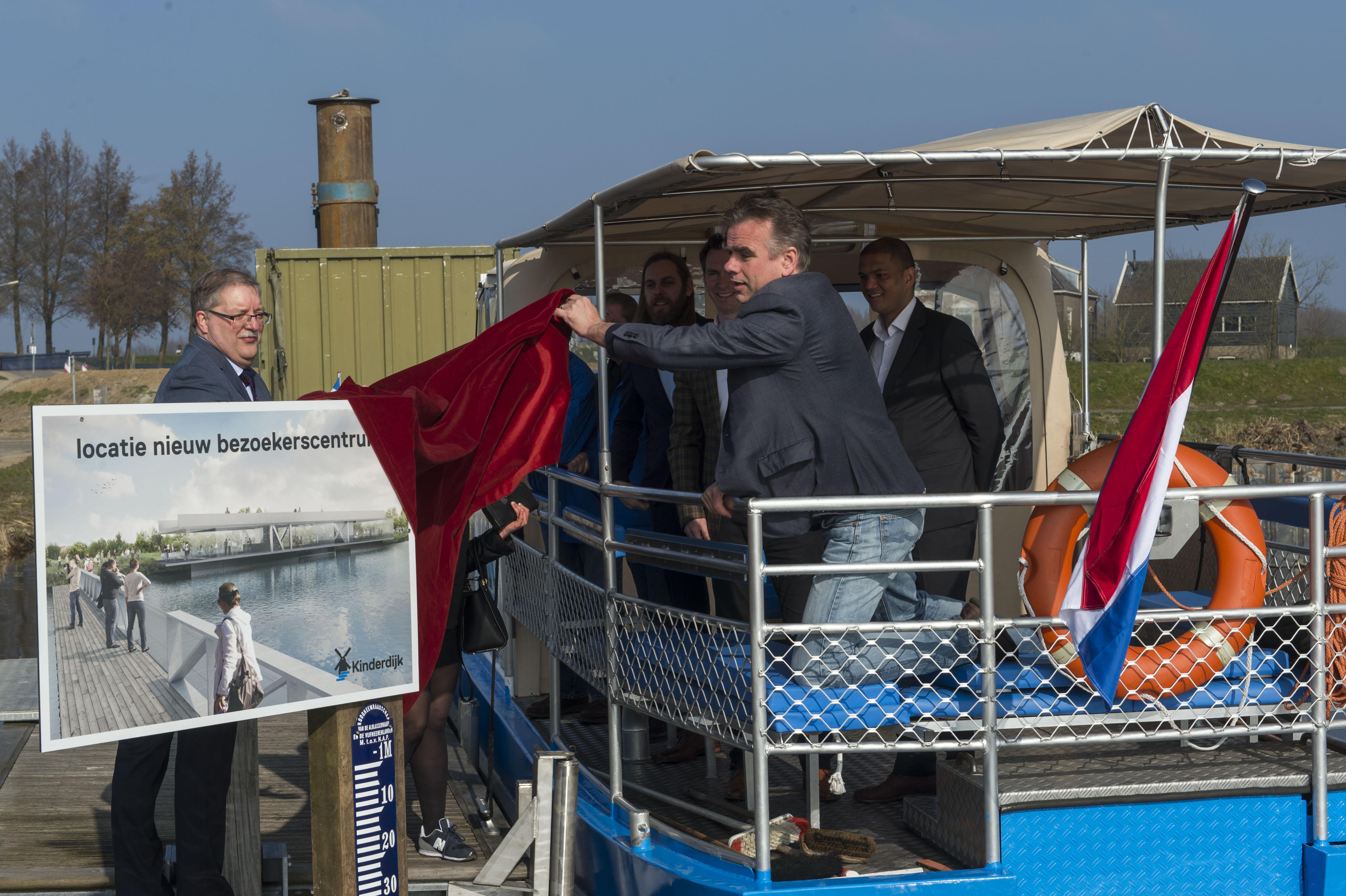 Cees van der Vlist, Dorus Meurs, Eric Luiten en Michael Daane Bolier plaatsen het bord voor de bouw van het bezoekerscentrum Kinderdijk